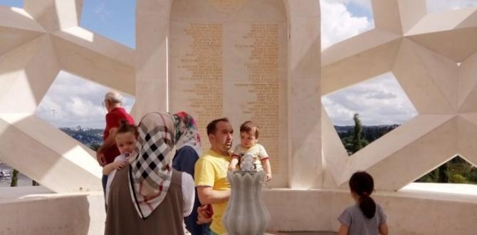 Şehitler Anıtı'na sabah saatlerinden itibaren ziyaretçi akını