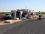 Siverek'te saman yüklü kamyon devrildi: 8 yaralı