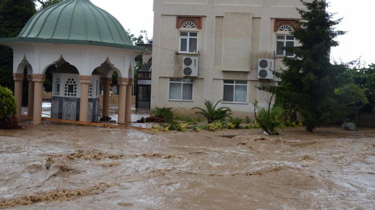 Yalova'da evleri ve seraları su bastı