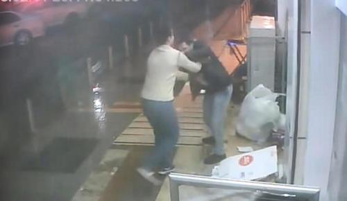 Kocaeli'de bir kişi 'Buyurun' demeyen çalışanı bıçakladı