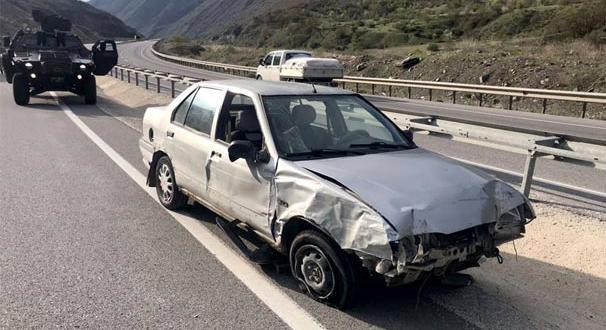 Erzincan'da otomobil bariyerlere çarptı: 4 yaralı
