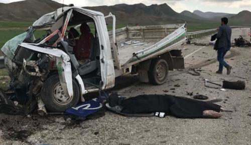 Kamyonet ile TIR çarpıştı: 2 ölü, 1 yaralı