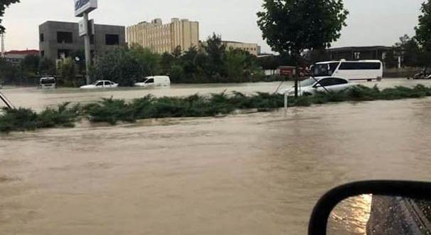 Denizli-Afyon karayolu sel nedeniyle ulaşıma kapandı