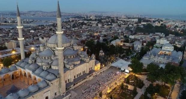 Fatih Camii'nde 10 bin kişilik iftar
