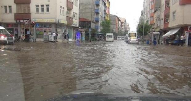 Ani bastıran yağmur, Kars caddelerini göle çevirdi