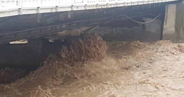Karadeniz'de yeni taşkın! Köprü trafiğe kapatıldı